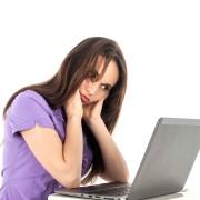 2048x1536-fit_jeune-femme-regarde-ordinateur-portable-photo-illustration